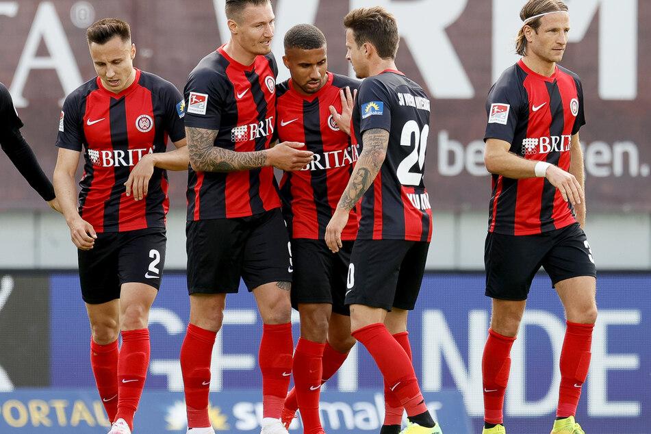 Der Wiesbadener Moritz Kuhn (2.v.r.) feiert mit seinen Mannschaftskameraden nach einem Tor-Treffer.