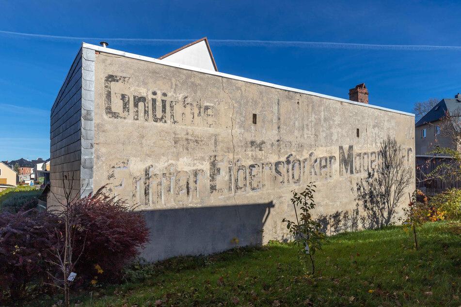 In Eibenstock erinnert noch immer eine Werbung an den Hersteller der über 100 Jahre alten Spirituose.
