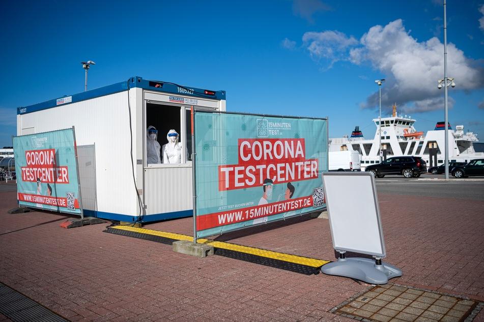 Corona-Schnelltests werden am Fähranleger angeboten. Die Reederei Norden-Frisia hat die Hoffnung, Feriengäste zu Ostern auf die Inseln Juist und Norderney zu bringen, noch nicht aufgegeben.