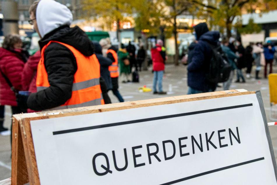 Teilnehmer stehen am 21. November 2020 auf der Querdenken-Demo gegen die Corona-Einschränkungen auf dem Alexanderplatz. Die ursprünglich für Silvester geplante große Demo darf nun laut der Polizei Berlin auch nicht am 30. Dezember stattfinden. (Symbolfoto)