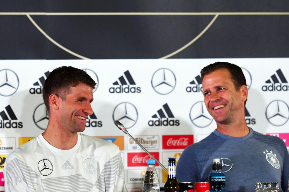 Thomas Müller (31) und Manager Oliver Bierhoff (52) bei einer DFB-Pressekonferenz während der WM 2018.