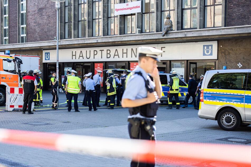 Einsatzkräfte der Polizei und Feuerwehr stehen vor dem Hauptbahnhof in Düsseldorf.
