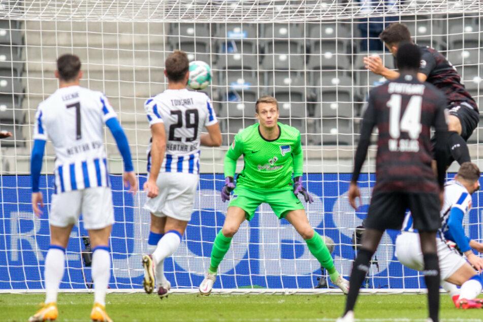 Stuttgarts Marc Oliver Kempf trifft zum 1:0.