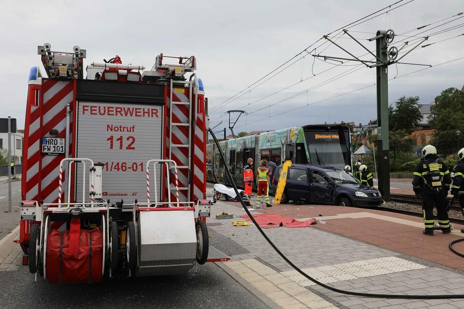 Straßenbahn schleift Auto 20 Meter mit, Fahrer schwer verletzt