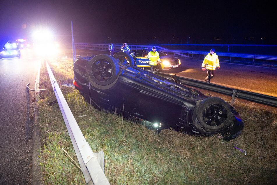 Nach einem Unfall auf der A25 liegt ein Auto auf dem Dach.