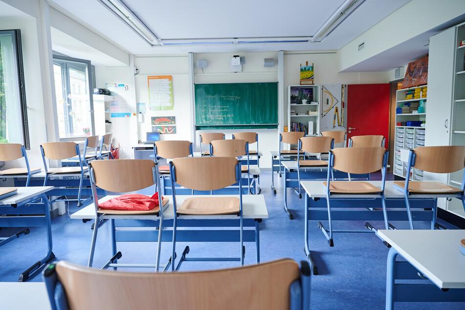 Blick in ein leeres Klassenzimmer: Am 18. August beginnt in NRW wieder der Unterricht nach den Sommerferien.