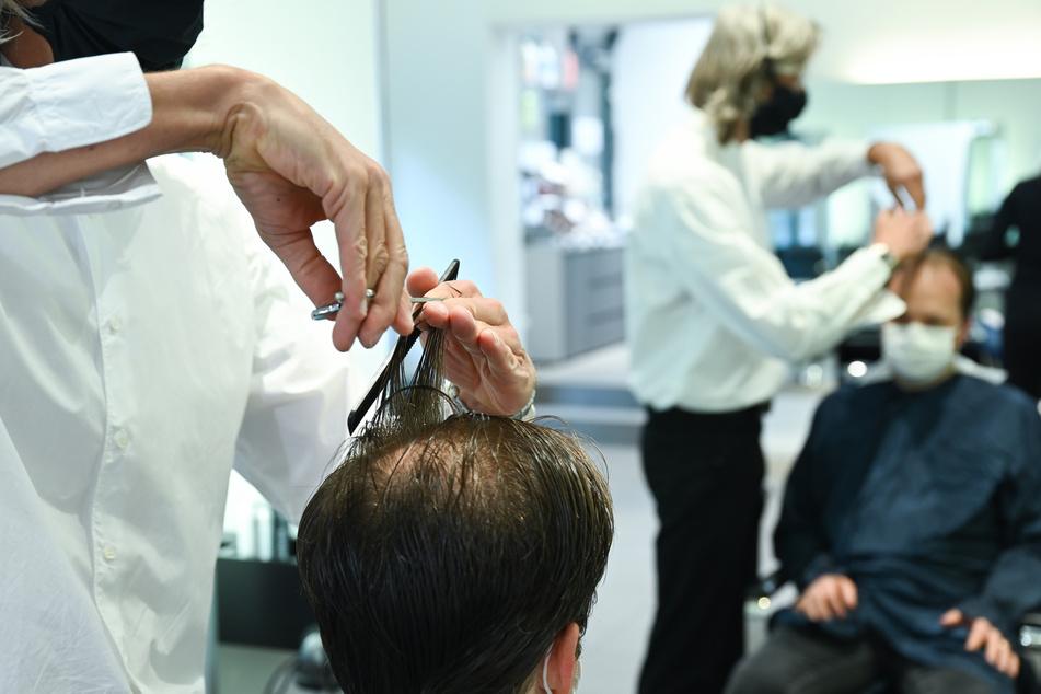 Während der Corona-Pandemie sind Friseurbesuche in Deutschland deutlich teurer geworden.