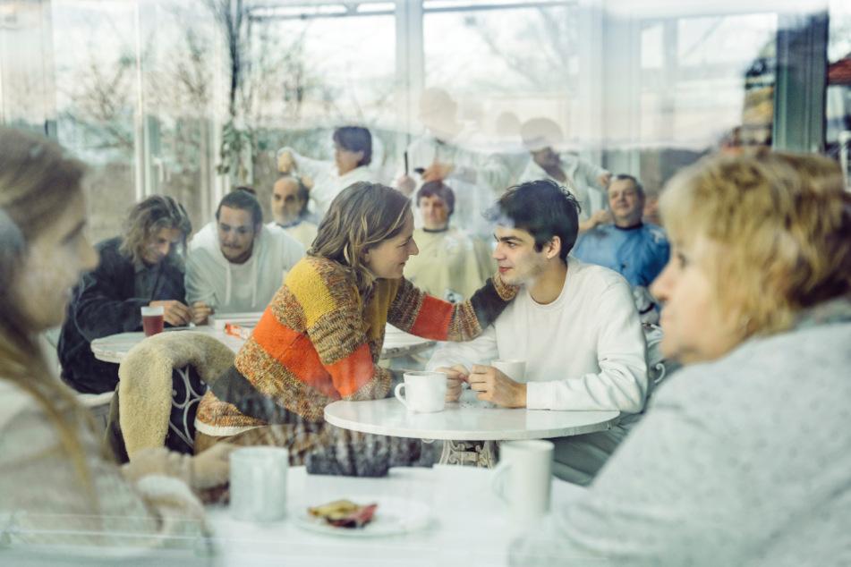 Mitte von links: Titus' Mutter (Bettina Hoppe) besucht ihren Sohn (Simon Frühwirth) in der psychiatrischen Klinik.