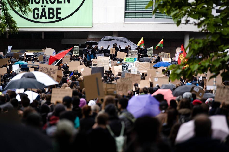 Hier protestieren die Demonstranten am Theater in Stuttgart.