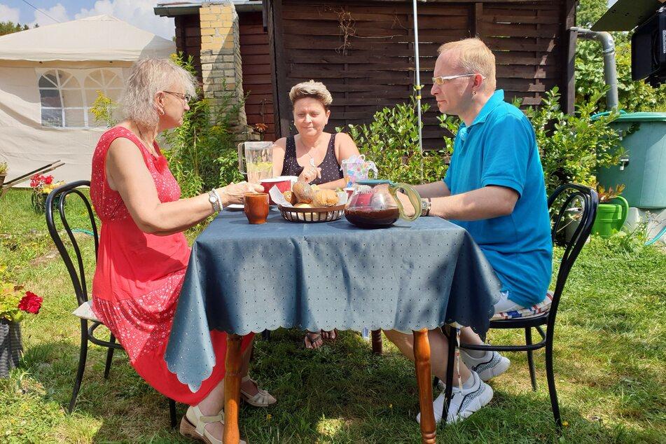 Im Garten von Sächsin Elvira (51, M.) lernten sie Heiko und Sigrid besser kennen.