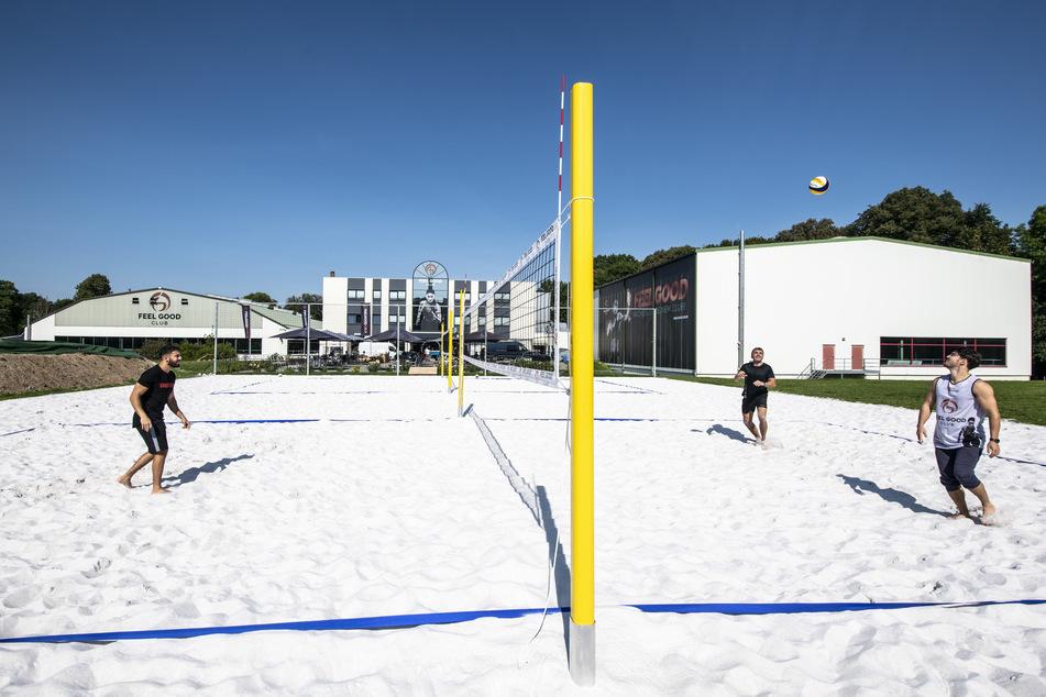 Die Beachvolleyball-Felder liegen nie im Schatten. Hier spielen Justin Metzler (21), René Winkler (54) und Moses Schäfer (25).