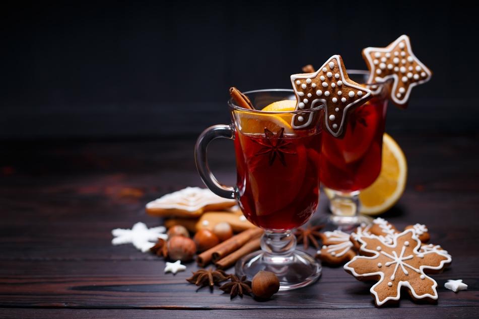 Zu jedem Weihnachtsmarktbesuch gehört eine Tasse Glühwein. Das Heißgetränk ist aber auch ganz einfach selbst zu machen.