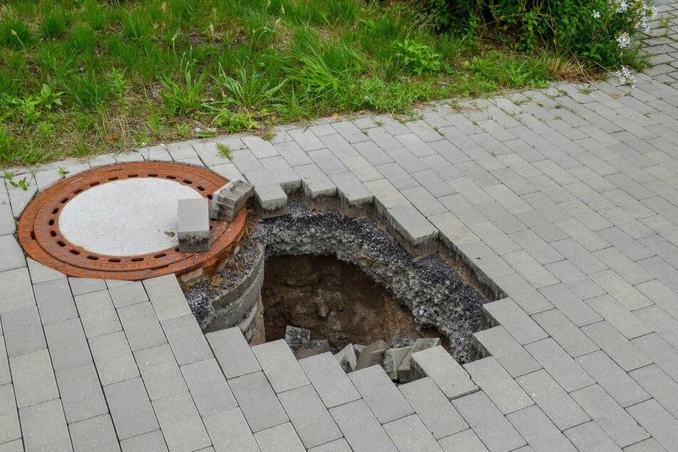 An der Bertold-Brecht-Straße war am Dienstagmorgen ein Gehweg eingebrochen und hatte ein 1,20 Meter tiefes Loch gerissen.