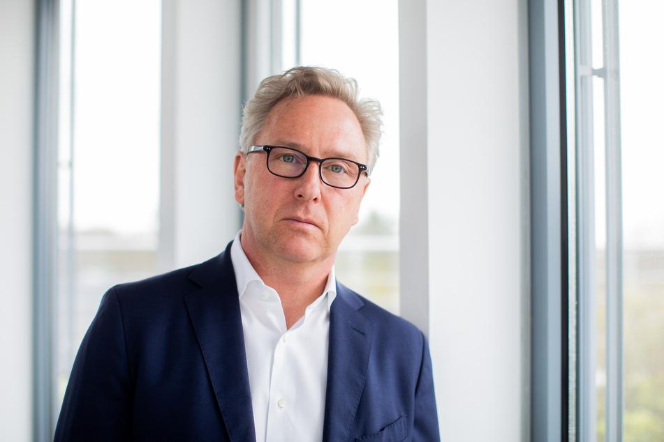 30. März, Essen: Heinrich Otto Deichmann, Vorstandsvorsitzender des Schuhhändlers Deichmann, steht vor einem Interview mit der dpa in der Zentrale.