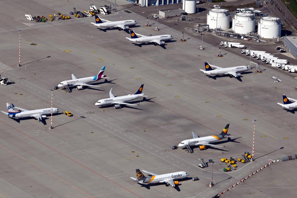 Auf dem Flughafen Stuttgart stehen zahlreiche Flugzeuge am Boden.