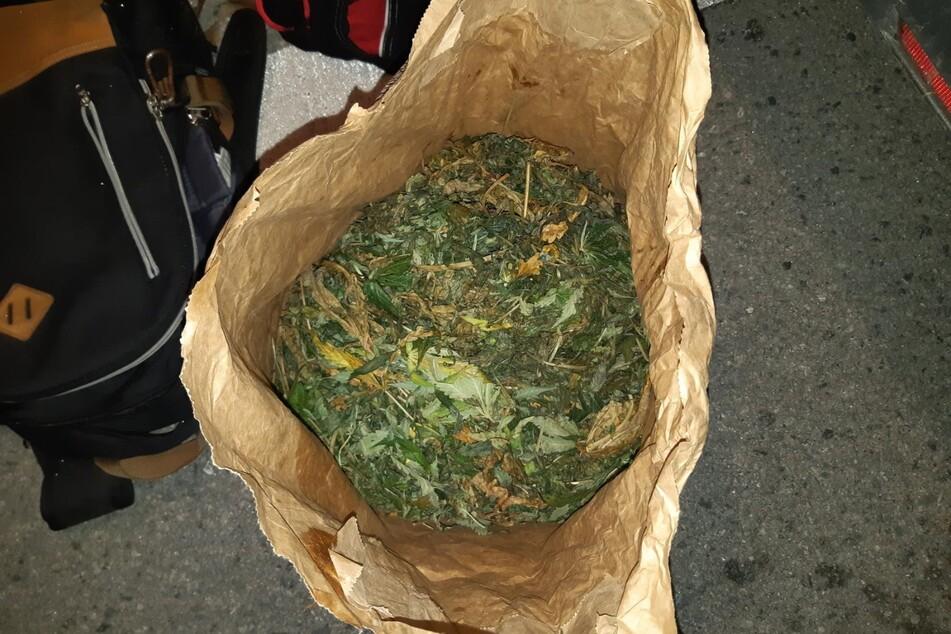 Das in Einkaufspapier eingewickelte Marihuana.