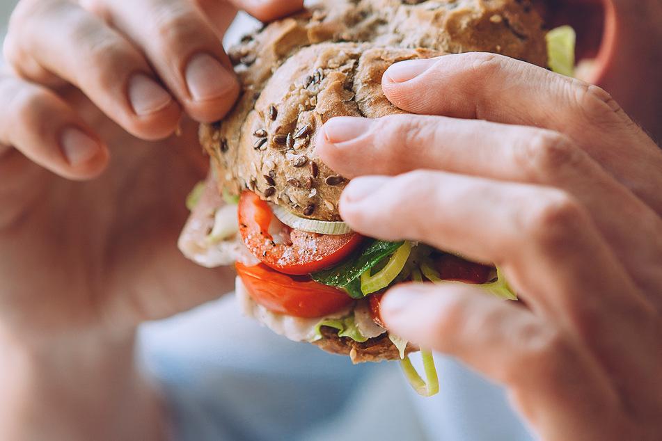 Abends keinen Salat oder Alkohol: Gibt es die perfekte Uhrzeit fürs Essen?