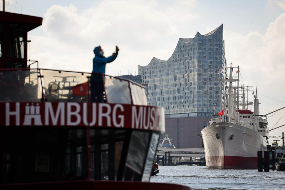 Nach sieben Monaten Pause wegen der Corona-Pandemie gibt es am Montag das erste Konzert in der Elbphilharmonie.