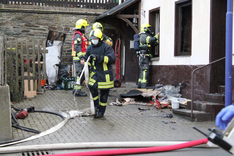 Großeinsatz der Feuerwehr und mehrere Verletzte bei einem Wohnungsbrand in Gelenau