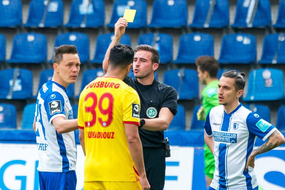Alexander Bittroff (32, l.) soll Aziz Bouhaddouz (34, 2.v.l.) übel beleidigt haben. Doch nur dem MSV-Stürmer wurde von Schiedsrichter Tom Bauer die Gelbe Karte gezeigt.
