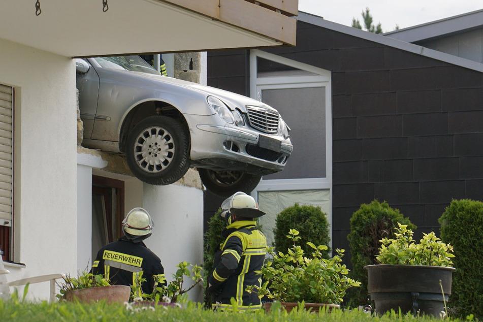 Gas und Bremse verwechselt! Mann kracht mit Auto durch Wand