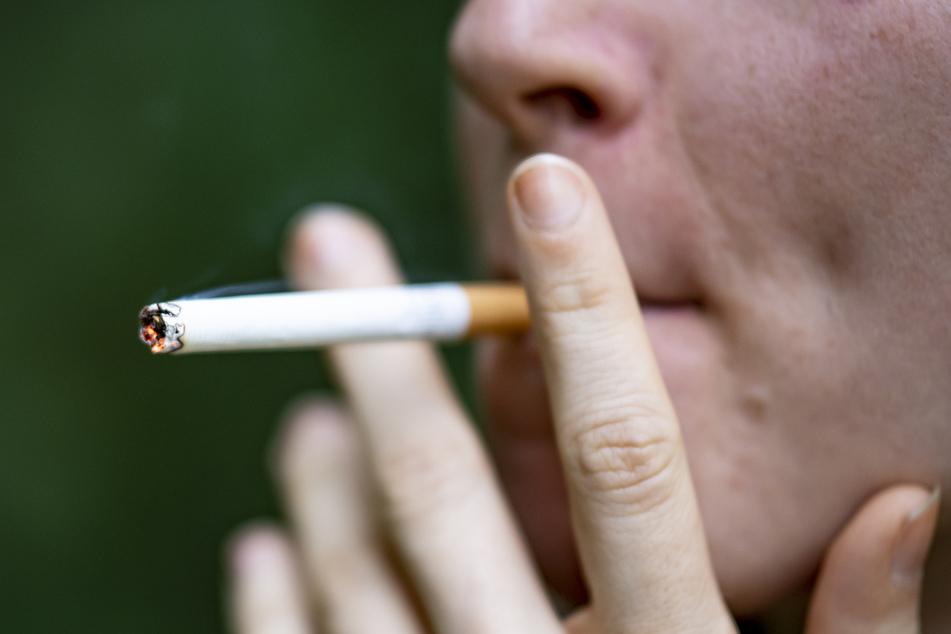 Raucher haben Studien zufolge ein höheres Risiko für schwere Verläufe von Covid-19.