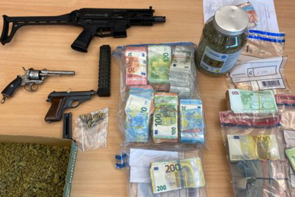 150.000 Euro Bargeld wurden neben den Schusswaffen sichergestellt.