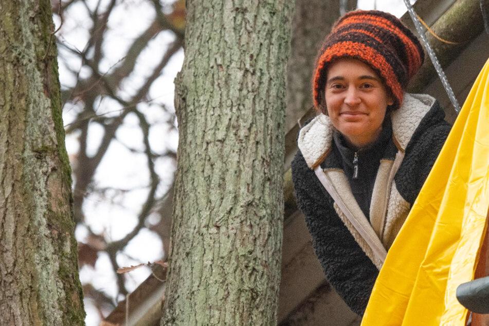 Die Umweltaktivistin Carola Rackete hat sich in ein Baumhaus zurückgezogen und wartet auf die Räumung durch die Polizei.