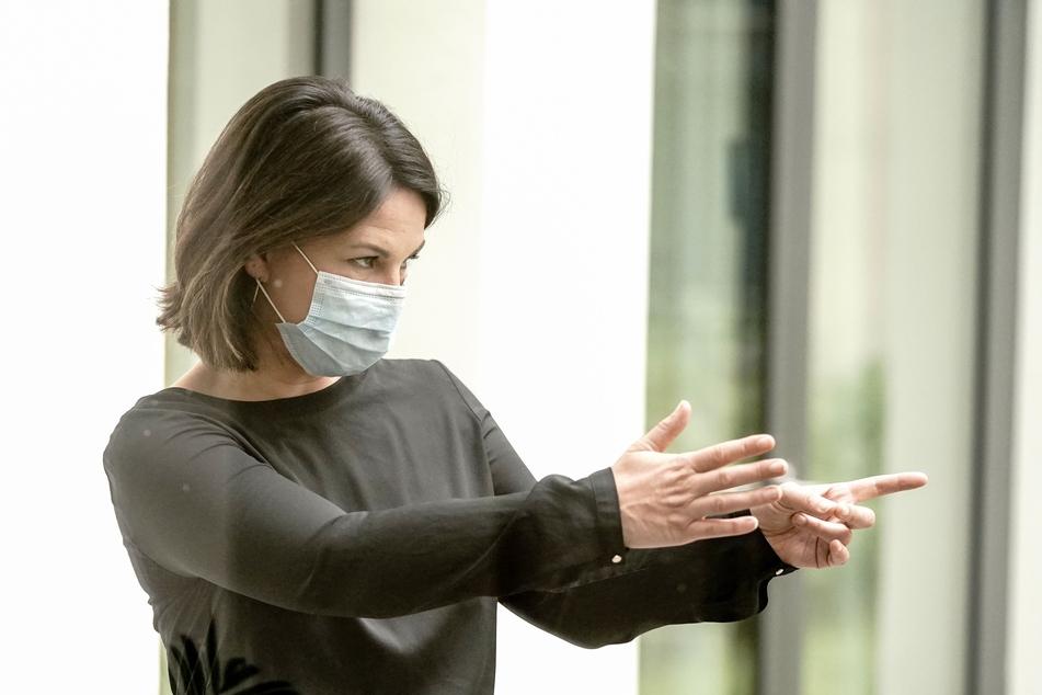 Annalena Baerbock, Bundesvorsitzende von Bündnis 90/Die Grünen, verlässt nach nach der Sitzung des Grünen-Bundesvorstands die Pressekonferenz mit einem Mund-Nasen-Schutz.