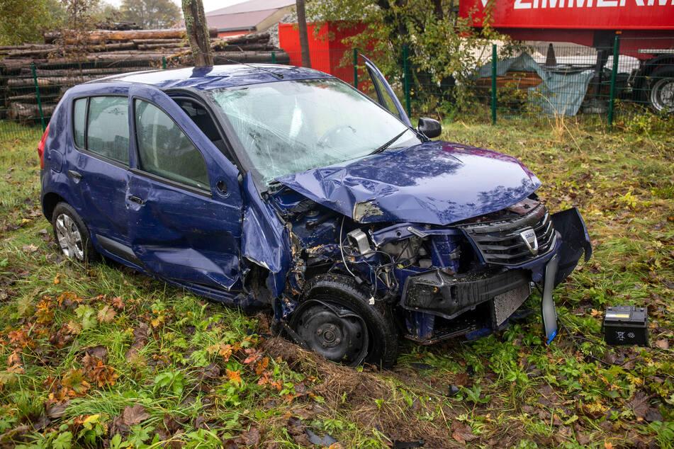 Ein Dacia krachte am Samstagmittag mit einem Mercedes auf der B95 bei Annaberg-Buchholz zusammen.