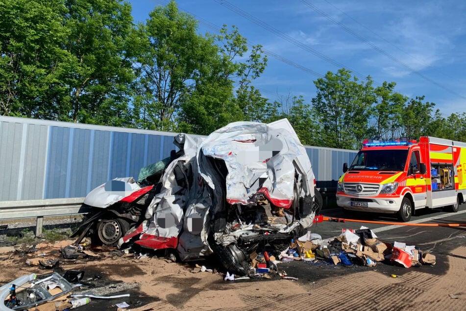 Unfall A33: Tödlicher Unfall auf der A33: Lkw rast in Stauende, Transporter-Fahrer stirbt noch vor Ort