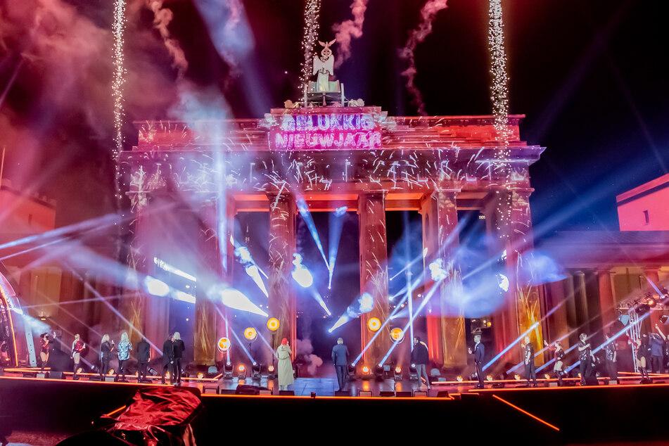 """Mit einem Feuerwerk wurde das neue Jahr bei der ZDF-Silvestershow """"Willkommen 2021"""" am Brandenburger Tor begrüßt. Deutschlands größte Silvesterparty in Berlin soll in diesem Jahr wieder mit Publikum stattfinden."""