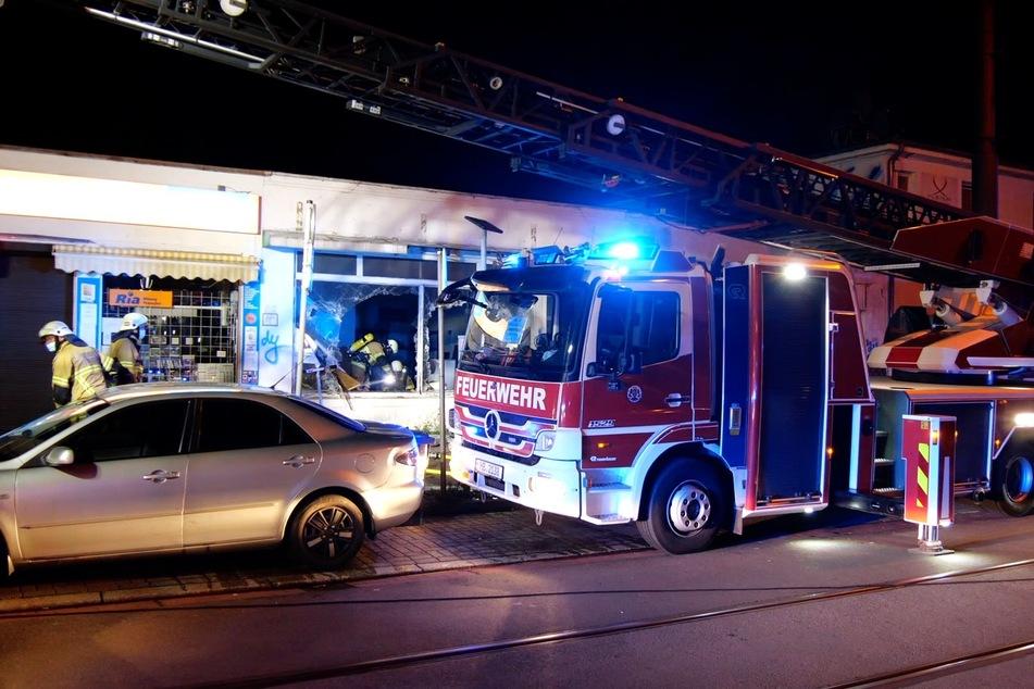 Die Feuerwehr am Einsatzort. Nach ersten Informationen brannte es hier am Mittwoch gegen 1 Uhr.