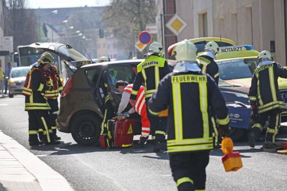 Notarztwagen prallt mit Auto zusammen