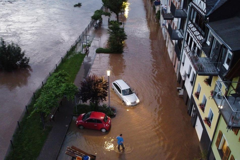 Die Mosel ist in der Ortschaft Zell über die Ufer getreten. Starkregen führte im Westen Deutschland zu extremen Überschwemmungen.