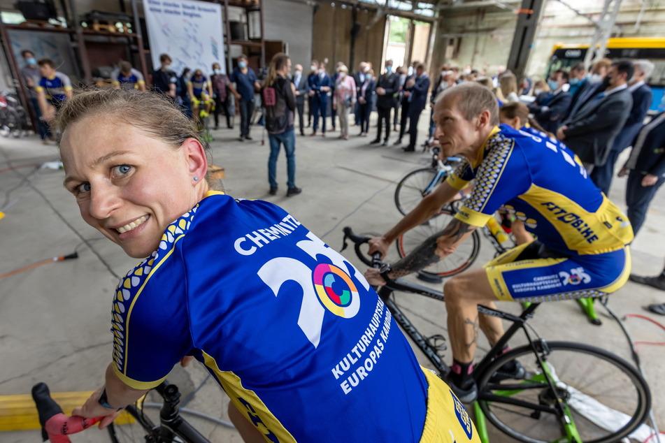 """Christiane Wolf (38) war eine der Radlerinnen, die das """"Bid Book"""" per Fahrrad nach Berlin brachten."""