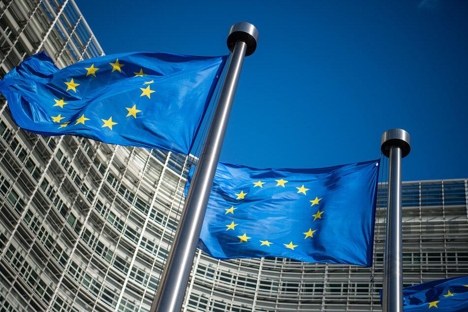 AstraZeneca hat der EU immer wieder Hiobsbotschaften übermittelt: Leider könne man viel weniger Corona-Impfstoff liefern als gedacht. Dabei liegen Millionen Dosen auf Halde. Das alles sei ziemlich rätselhaft.
