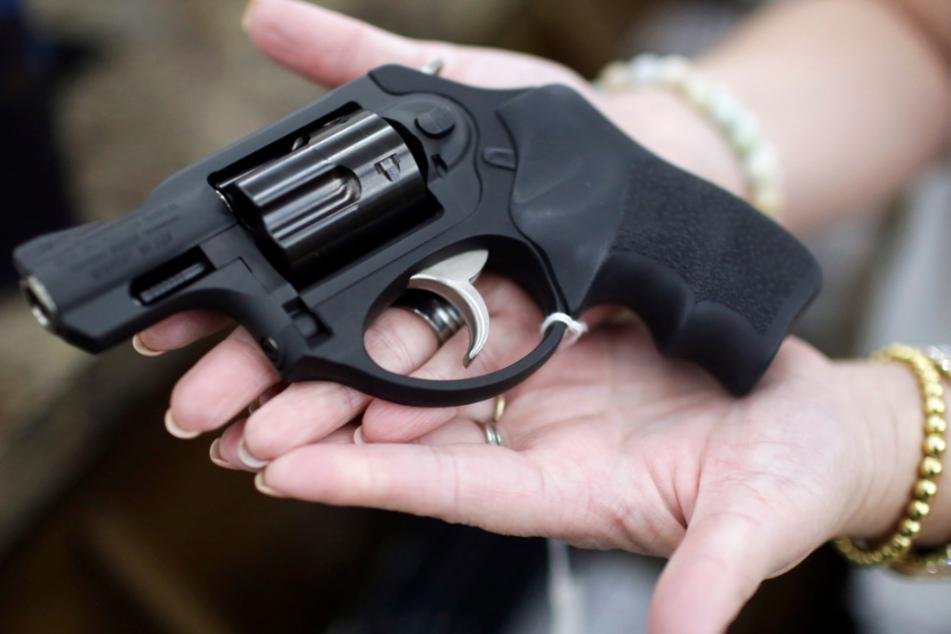 Der 24-Jährige ging mit einer Pistole auf die beiden Mitarbeiter los. (Symbolbild)