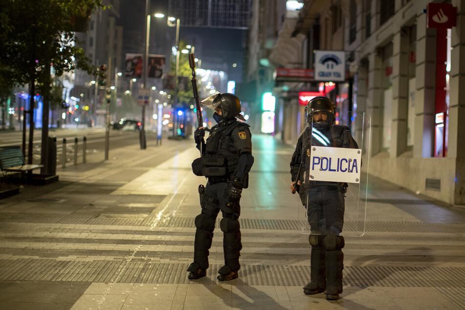 Bereitschaftspolizei in Barcelona bezieht Stellung bei einem Protest gegen die Ausgangssperre. Spanien ist eines der von der Corona-Krise am schwersten getroffenen Länder Westeuropas.