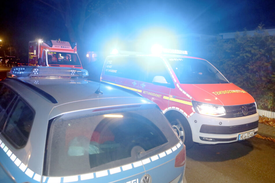 Der Rettungsdienst bringt Uwe Seeler in ein Krankenhaus.