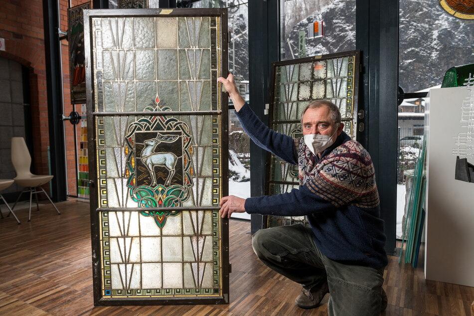Ein Mann mit Durchblick: Kunstglaser Thomas Körner (60) zeigt das restaurierte Glasfenster mit dem weißen Hirsch.