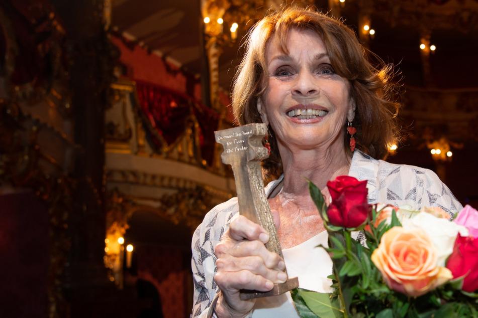 """Senta Berger (80), Schauspielerin, hält bei der Verleihung des Friedenspreises des Deutschen Films """"Die Brücke"""" im Cuvilliestheater ihre Auszeichnung in den Händen."""
