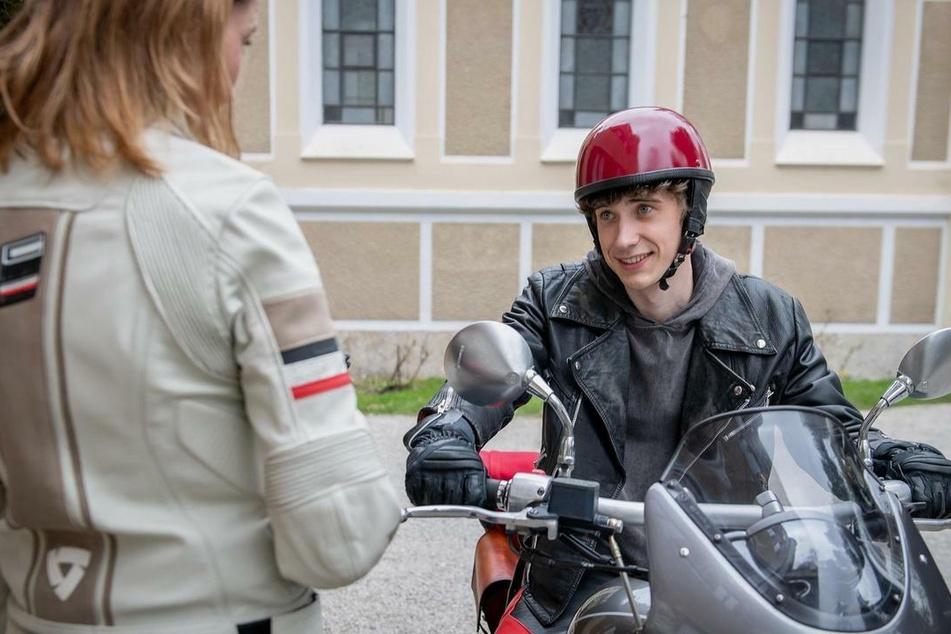 Benni (Florian Burgkart) will Cornelia (Deborah Müller) mit einem Motorradausflug überraschen.