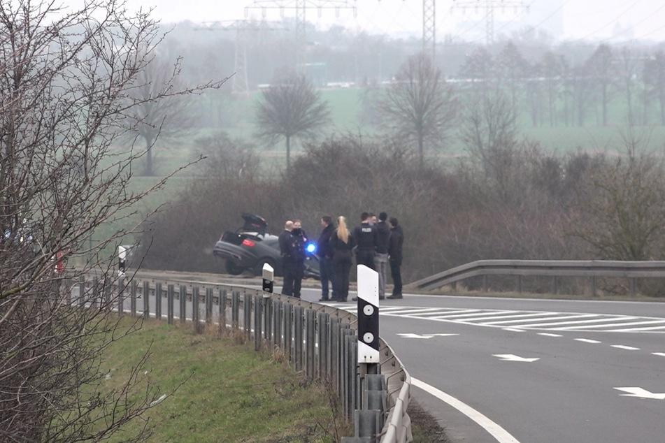 Bei der Verfolgung kam offenbar ein Wagen der Polizei von der Fahrbahn ab.