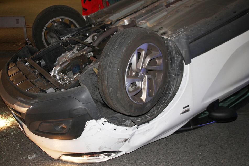 Nach dem Zusammenstoß mit einem geparkten Seat überschlug sich der Opel.