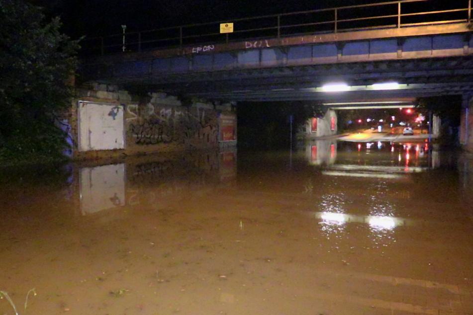 In Düsseldorf ist eine Unterführung mit Regenwasser vollgelaufen. Der Bereich musste gesperrt werden.