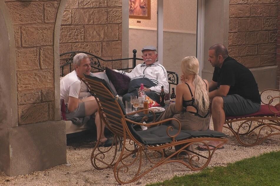 Sascha (li., 45), Werner (Mi., 82), Ikke (43) und Emmy lästern über Katy Bähm.