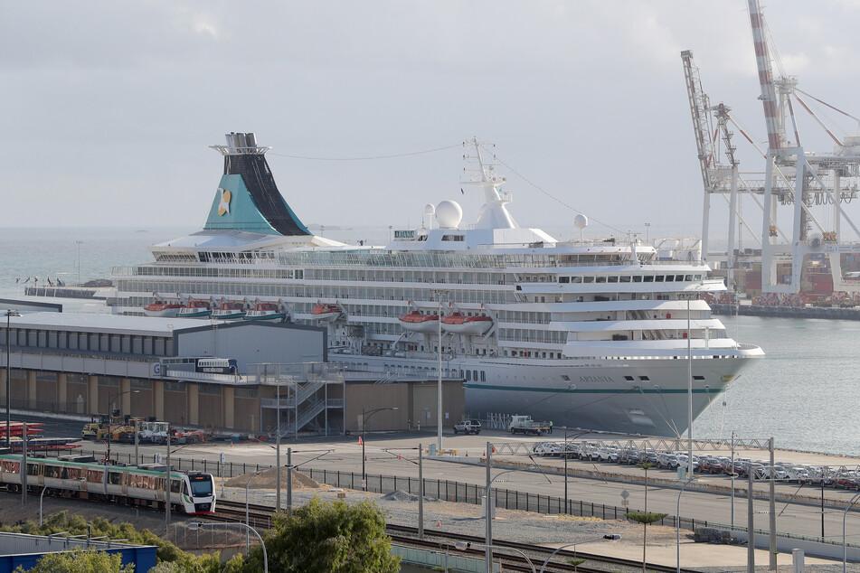 Die MS Artania im Hafen von Perth.