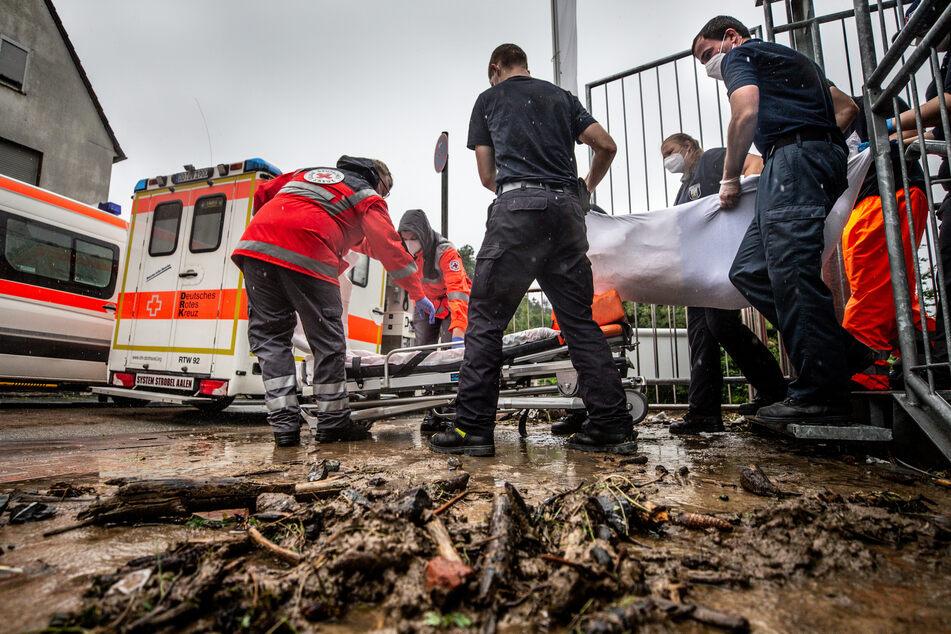 In Hagen mussten Helfer Menschen aus einem Altenheim retten, dass von den Wassermassen bedroht wurde.