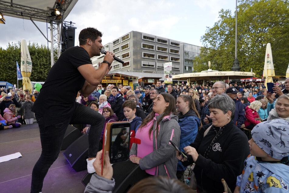 Als Popsänger mit dem Künstlernamen Tim Philip begeisterte er auf der Hauptstraße schon ein paar Hundert Fans.